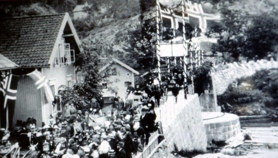 Prins Carls besøk på Tangen, over Strømbroa